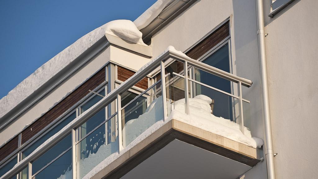 Snö på balkonger och takterrasser